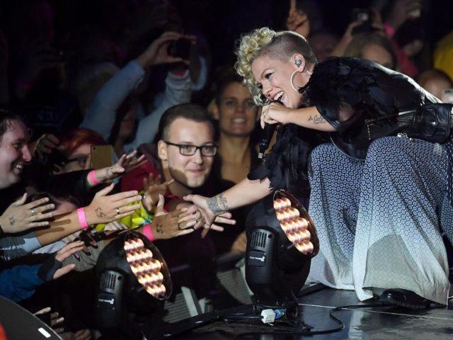 Auf dem Weg zur Bühne machte die Sängerin Selfies mit den Fans und schüttelte unzählige Hände. Foto:Britta Pedersen/dpa