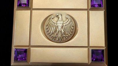 Helmut Schmidts Zigarettenschatulle wird versteigert