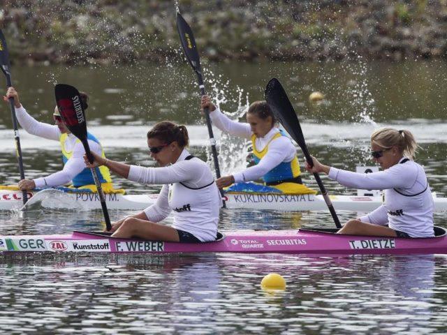 Silber geholt: Franziska Weber und Tina Dietze (vorne) bei der Kanu-WM im tschechischen Racice. Foto: Vondrous Roman/dpa