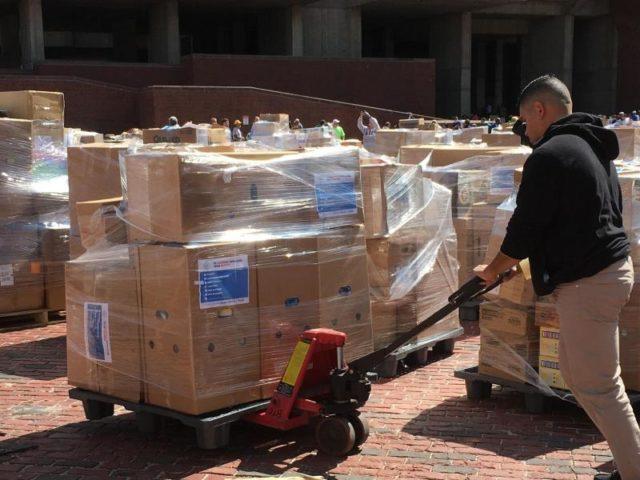 Hilfsgüter für die Hochwasseropfer werden in Boston, Massachusetts, zusammengestellt. Foto: Kenneth Martin/dpa