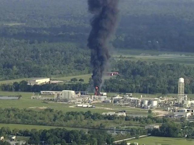 Rauch steigt von einer Chemiefabrik in Crosby bei Houston auf. Foto: KTRK/dpa