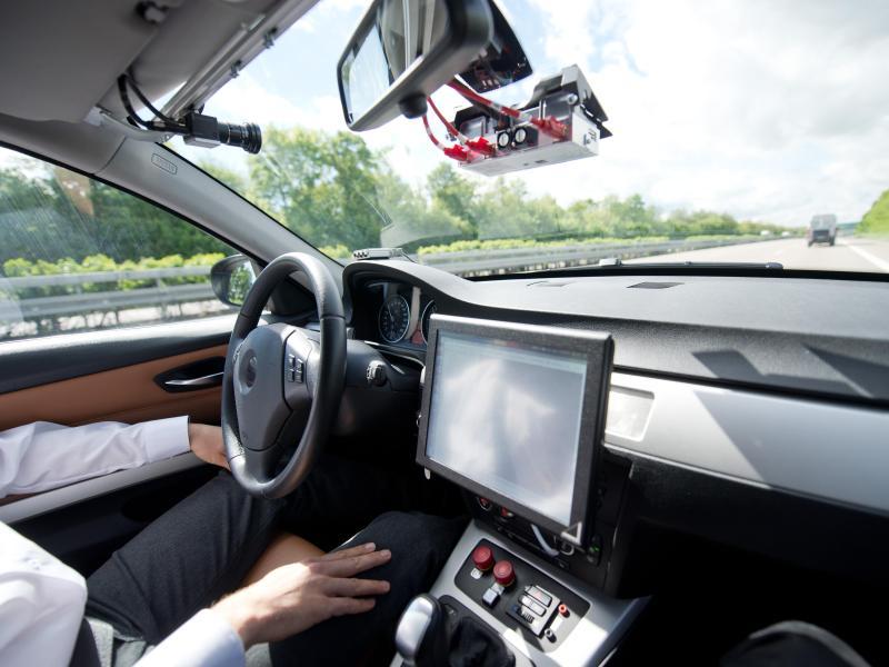 """Kanzlerin Merkel: """"Wir werden in 20 Jahren nur noch mit Sondererlaubnis selbstständig Auto fahren dürfen"""""""