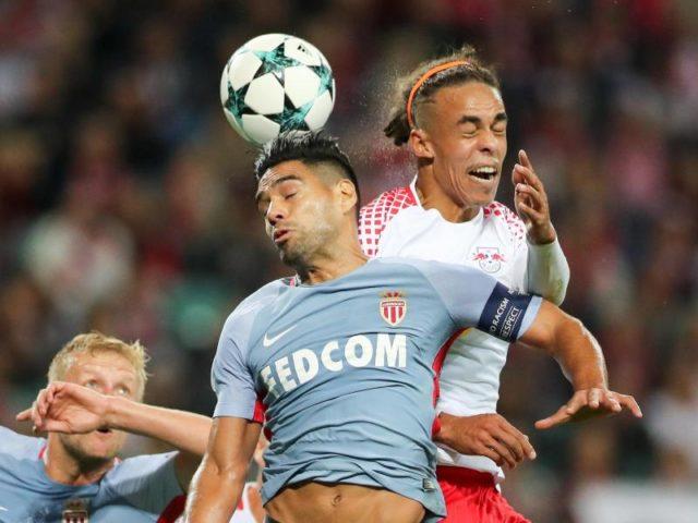 Leipzigs Yussuf Poulsen (r) im Kopfballduell mit Monacos Falcao. Foto: Jan Woitas/dpa