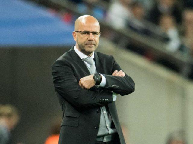 Der Dortmunder Trainer Peter Bosz verfolgte das Spiel konzentriert und angespannt. Foto: Bernd Thissen/dpa
