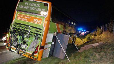 Eine Tote und 24 Verletzte: Polizei sucht Ursachen der Busunfälle vom Wochenende