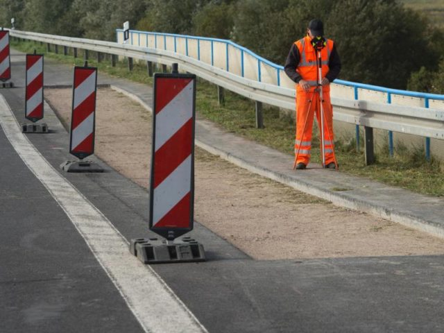 Vermessung auf der abgesackten Autobahn A20 in Fahrtrichtung Lübeck. Foto:StefanSauer/dpa