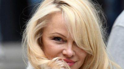 """Ex-""""Baywatch""""-Star Pamela Anderson bei Assange im Gefängnis – """"müssen sein Leben retten"""""""
