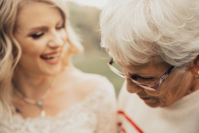 Tränen der unendlichen Liebe! - Als sie das Brautkleid ihrer Enkelin ...