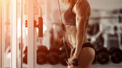 Rekordhalterin im Gewichtheben – Mädchen ist hübsch wie eine Puppe und kraftvoll wie eine Löwin