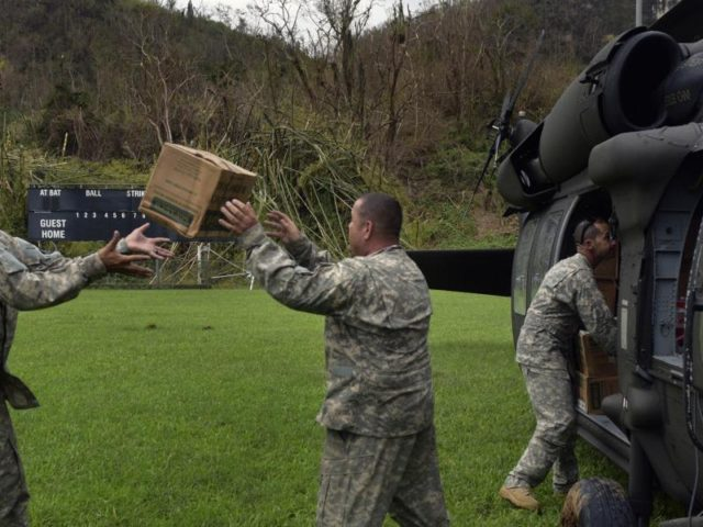 Mitglieder der US-Nationalgarde verladen in Puerto Rico Hilfsgüter für den Transport in die von Hurrikan «Maria» betroffenen Gebiete. Foto: Carol Guzy/dpa