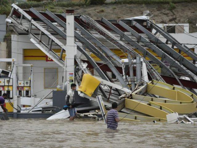 Zerstörte Tankstelle:Vielfach wurde die Hilfe in Puerto Rico durch fehlenden Sprit behindert. Foto:Carlos Giusti/dpa