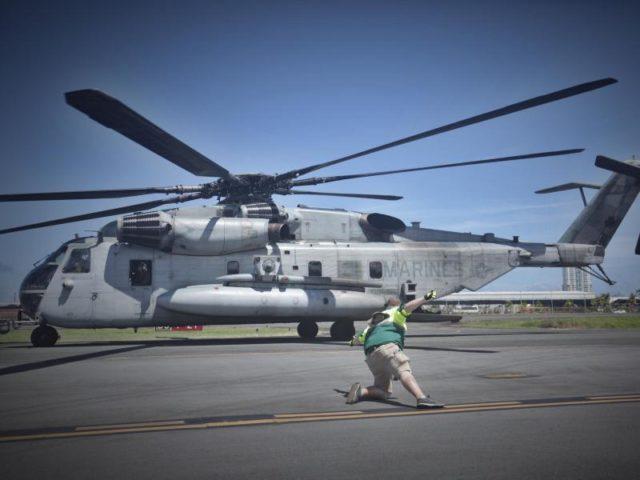 Ein mit Hilfsgütern beladener Helikopter der US-Marine landet in San Juan (PuertoRico). Foto:Thomas Cordy/dpa