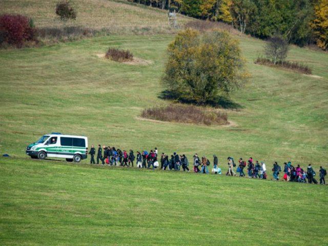 Ein Flüchtlingstreck wird in Bayern von einem Fahrzeug der Bundespolizei angeführt. Foto: ArminWeigel/dpa