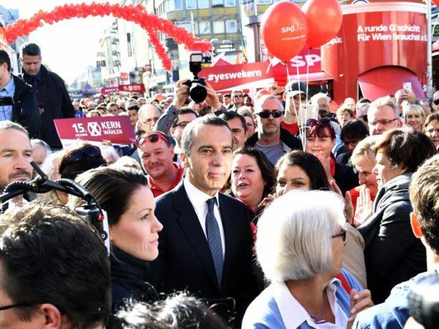 Der österreichische Bundeskanzler Christian Kern nimmt in Wien an einer Wahlkampfabschlusskundgebung der SPÖ teil. Foto: Hans Punz/dpa