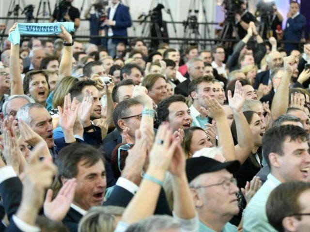 Jubel: Die ÖVP kann mit 30,2 Prozent rechnen, ein Plus von mehr als 6 Prozentpunkten gegenüber 2013. Foto: Robert Jäger/dpa
