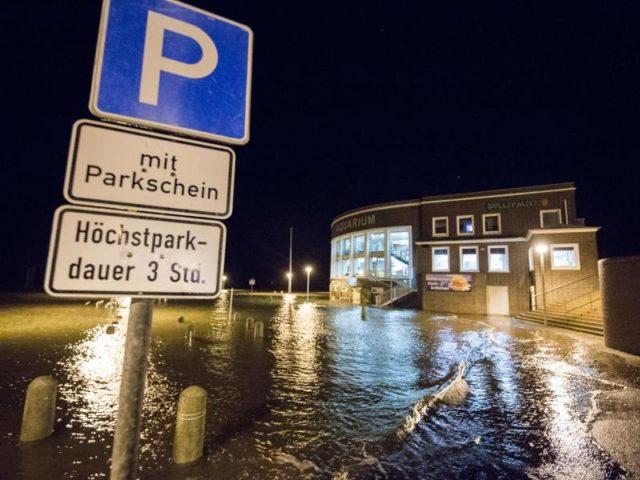 Der Parkplatz des Aquariums in Wilhelmshaven in Niedersachsen steht teilweise unter Wasser. Foto: Mohssen Assanimoghaddam/dpa