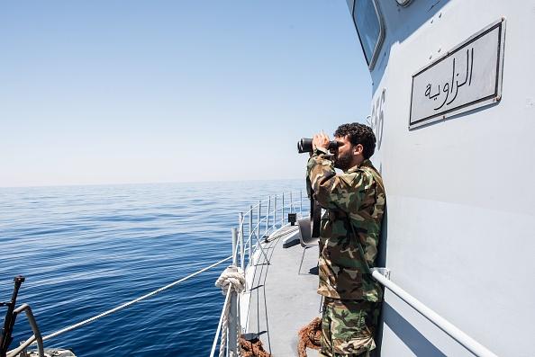Libysche Küstenwache beschießt und bedrängt Migranten auf Boot
