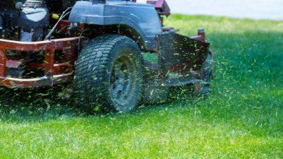 Rentner verdient Geld mit Rasenmähen – Kunde macht ihm unglaubliches Geschenk