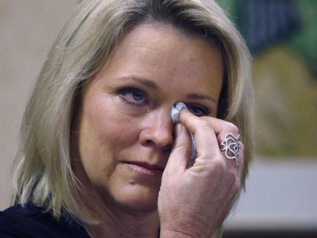 Heather Unruh spricht in Boston über die angeblichen sexuellen Übergriffe auf ihren Sohn durch Kevin Spacey. Foto: Bill Sikes/dpa