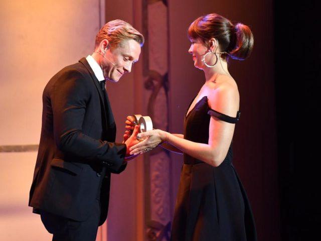 Jessica Schwarz überreicht Matthias Schweighöfer seinen Award. Er wurde in der Kategorie «Schauspieler National» geehrt. Foto: Jens Kalaene/dpa