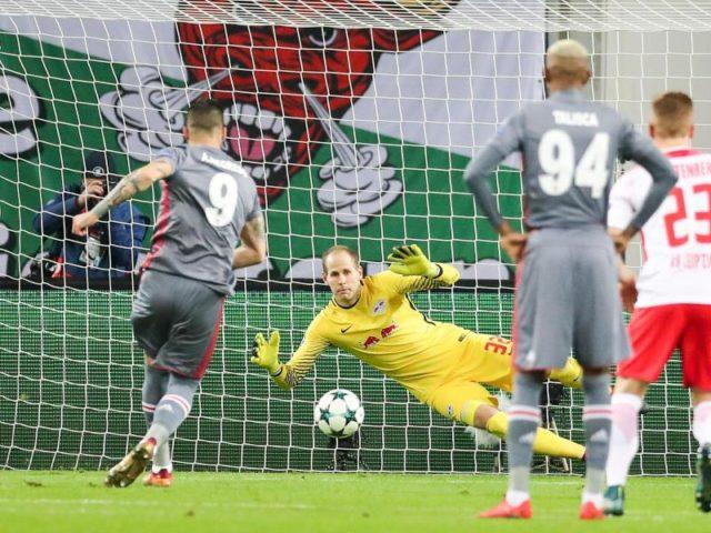Leipzigs Torwart Peter Gulacsi hat beim Elfmeter von Istanbuls Alvaro Negredo keine Chance. Foto: Jan Woitas/dpa