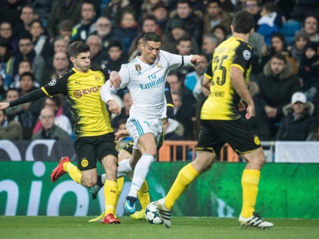 Der Dortmunder Christian Pulisic (l) und Sokratis versucht Real-Superstar Cristiano Ronaldo (M) von Ball zu trennen. Foto: Bernd Thissen/dpa