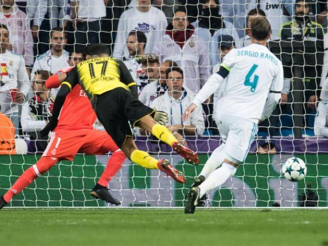 Dortmunds Pierre-Emerick Aubameyang erzielt vor der Halbzeitpause den 1:2-Anschlusstreffer. Foto: Bernd Thissen/dpa