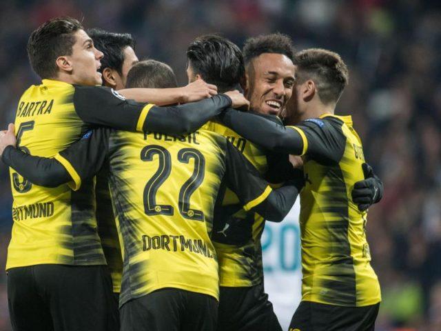 Nach seinem Treffer zum 2:2-Ausgleich wird Aubameyang (2.v.r) von seinen BVB-Kollegen gefeiert. Foto: Bernd Thissen/dpa
