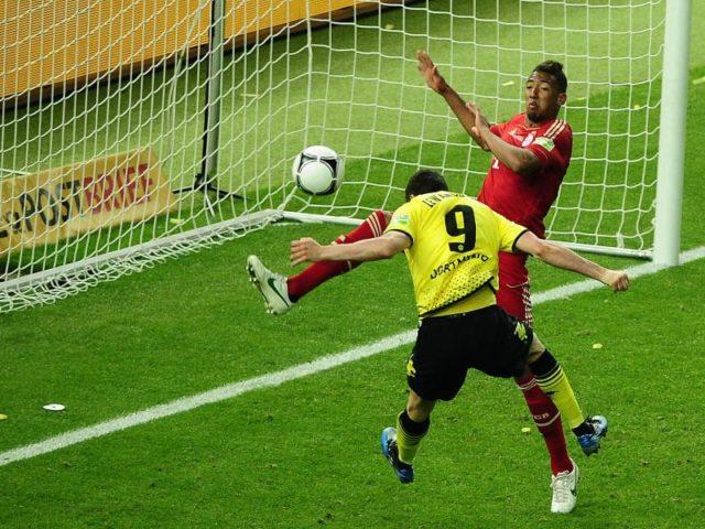 2012 noch BVB-Star trifft Robert Lewandowski (l) zum 5:2 gegen Münchnens Jerome Boateng. Foto: Hannibal Hanschke/dpa