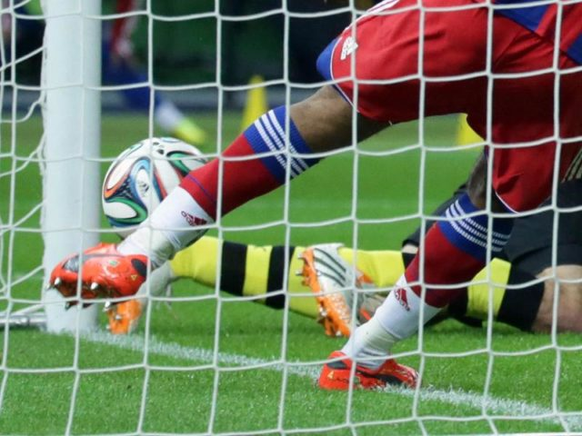 Der Kopfball von Dortmunds Mats Hummels ist 2014 scheinbar hinter der Linie, doch Schiedsrichter Meyer gibt den Treffer nicht. Foto: Kay Nietfeld/dpa