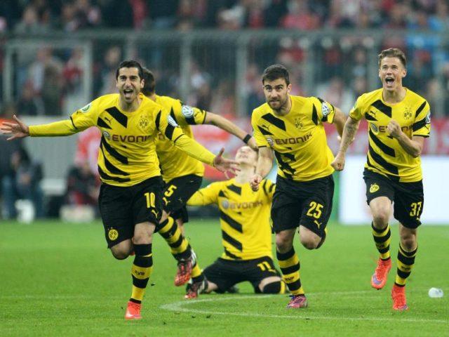 Die Spieler von Borussia Dortmund jubeln 2015 über den Sieg im Elfmeterschießen. Foto: Andreas Gebert/dpa