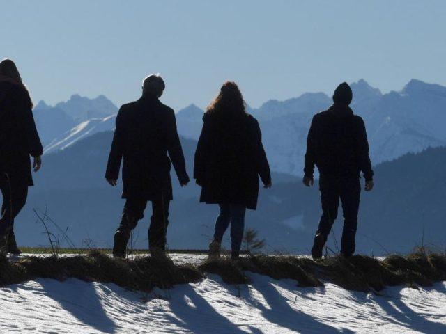Ausflügler bei Bad Tölz: Noch ist das Wetter sonnig und ruhig. Foto: Tobias Hase/dpa