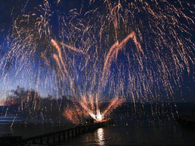 Feuerwerk leuchtet in der Nacht zum 29.12.2017 vor der Küste in Valparaiso (Chile). Foto: Yvo Salinas/dpa