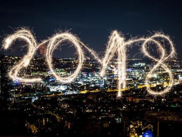 """Mit Hilfe einer Langzeitbelichtung wird der mit einer Wunderkerze in die Luft geschriebene Schriftzug """"2018"""" lesbar. Foto: Christoph Schmidt/dpa"""