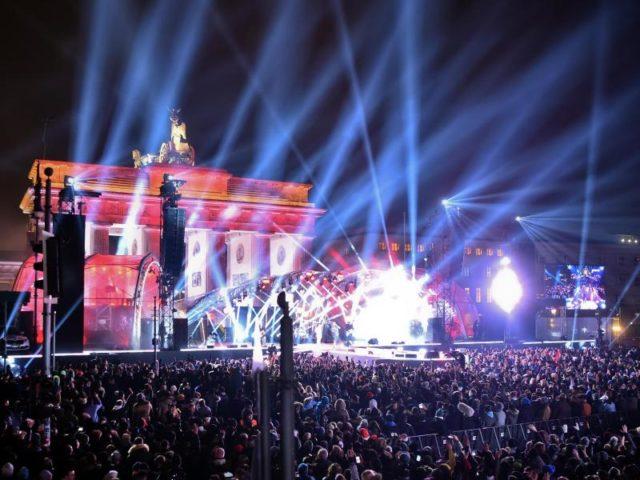 Die Festmeile vor dem Brandenburger Tor. Foto: Britta Pedersen/dpa