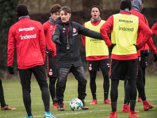 Trainer Niko Kovac (M) gibt beim Trainingsauftakt in Frankfurt am Main den Spielern Anweisungen. Foto: Andreas Arnold/dpa