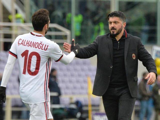 Hakan Calhanoglu (l) und der Trainer des AC Mailand, Gennaro Gattuso, geben sich nach dem 1:1 die Hand. Foto: Maurizio Degl'innnocenti/dpa