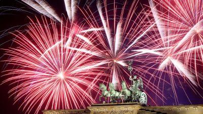 Hunderttausende am Brandenburger Tor begrüßen neues Jahr mit großem Feuerwerk
