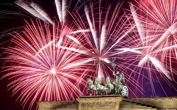 Hunderttausende am Brandenburger Tor begrüßen neues Jahr mit großem ...