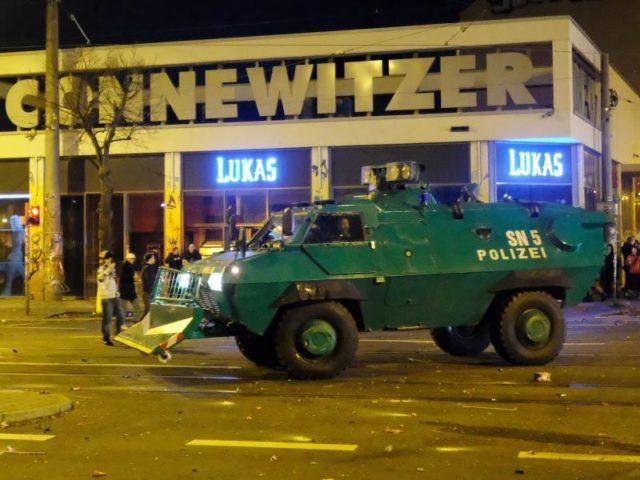 Ein Räumpanzer der Polizei im Stadtteil Connewitz. Foto: Sebastian Willnow/dpa