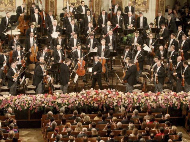 Dirigent Riccardo Muti (m.) und die Wiener Philharmoniker am 30.12.2017 im goldenen Musikvereinssaal inWien. Foto: Ronald Zak/dpa