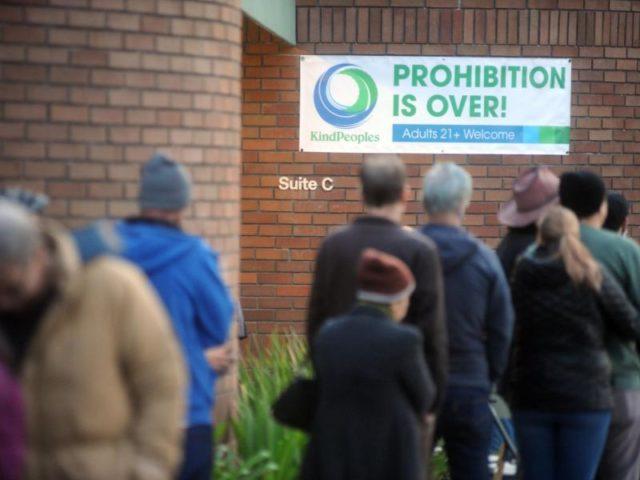Menschen stehen vor einem Geschäft in Santa Cruz Schlange, um legal Cannabis zu erwerben. Foto: Neal Waters/dpa