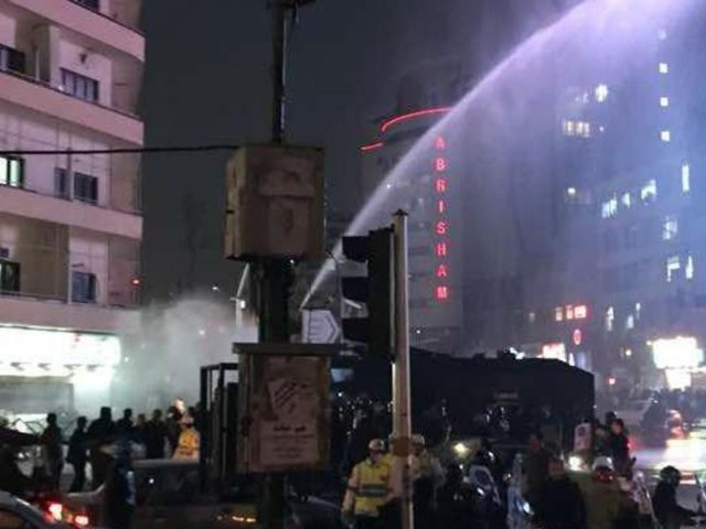 Auf dem Foto, das vom Nationalen Widerstandsrat Iran (NWRI) in Deutschland zur Verfügung gestellt worden ist, geht die Polizei auf der Ferdowsi-Avenue in Teheran mit Wasserwerfern gegen Demonstranten vor. Foto: Mek Network Inside Iran/dpa/dpa