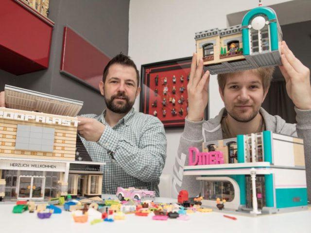 Die Lego-Sammler Stephan Birner (l) und Felix Fleischer in Berlin. Foto: Jörg Carstensen/dpa