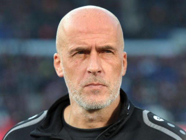 Trainer Michael Frontzeck soll beim FCK wegen des Ausfalls von Jeff Strasser aushelfen. Foto: Peter Steffen/dpa