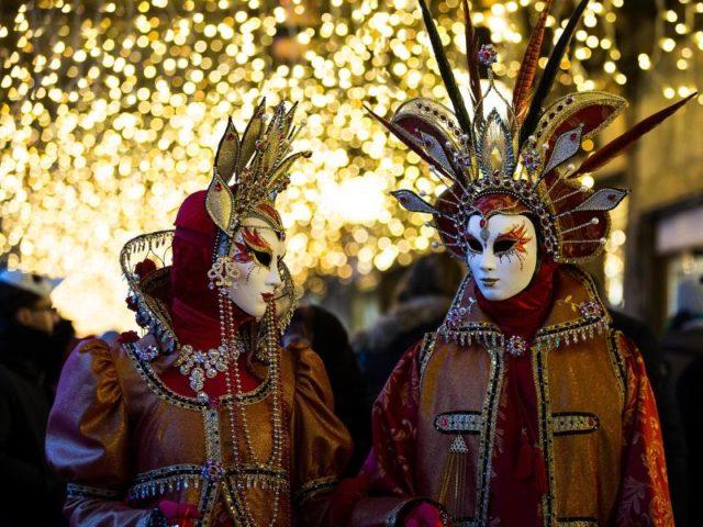 Kostümierte beim Karneval in Venedig. Foto: Jin Yu/dpa