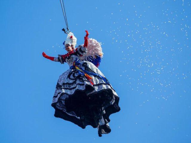 Elisa Costantini schwebt beim Karneval in Venedig auf den Markusplatz. Foto: Jin Yu/dpa