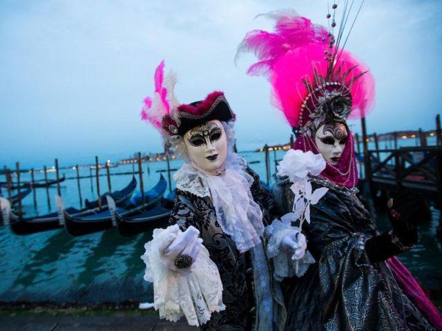 Kostümierte Menschen feiern Karneval in Venedig. Foto: Jin Yu/dpa