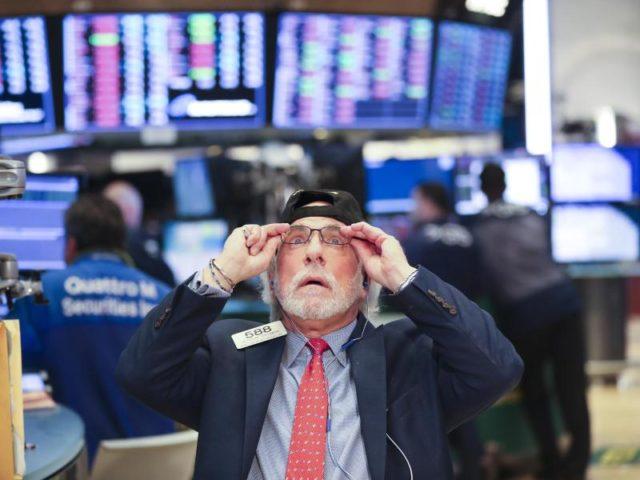 Händler an der New Yorker Börse. Der US-Leitindex Dow Jones ging mit einem Minus von 4,60 Prozent auf 24 345,75 Punkten aus dem Handel. Foto: XinHua/dpa
