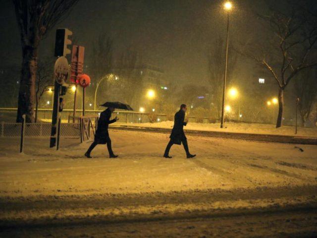 Winterwetter mit Schnee und Eis hat im Großraum Paris ein Verkehrschaos ausgelöst. Foto: Thibault Camus/AP/dpa